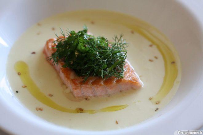 Un saumon Mi-cuit, sur une crème de pomme de terre et une salade d'herbes